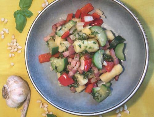 gnocchi sans gluten, lardons, pesto, légumes d'été